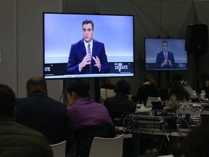 Un monitor instalado en la sala habilitada para la prensa muestra una intervención del presidente del Gobierno en funciones, Pedro Sánchez. En vídeo, las reacciones de los candidatos tras el debate.