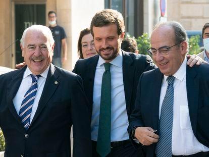 El líder del PP, Pablo Casado, en el centro, camina este viernes junto al expresidente de México Felipe Calderón (derecha), y el de Colombia, Andrés Pastrana, en Cartagena (Murcia).