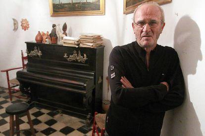 El escritor dramático Miguel Romero 'Esteo', en su casa de Málaga, en 2008.