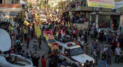 Un convoy de Hezbolá traslada los cuerpos de algunos milicianos muertos en la batalla con Al Nusra en la frontera sirio-libanesa.