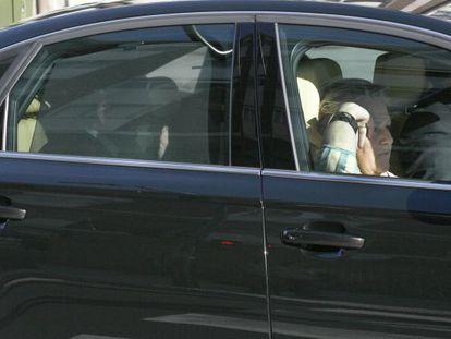 López, en la parte trasera del coche oficial, ayer, saliendo de la institución.