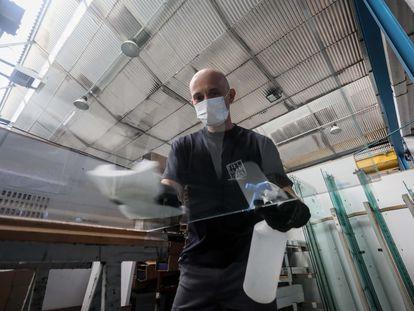 Fabricación de mamparas en la empresa especializada Ibermamparas (Móstoles).