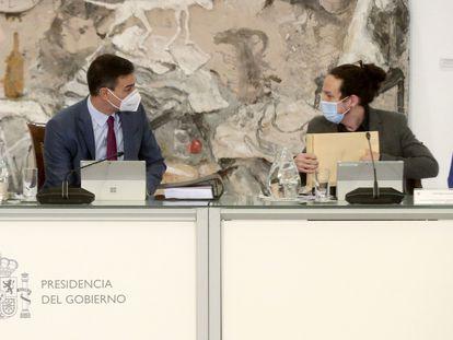 El presidente del Gobierno, Pedro Sánchez, conversa con el vicepresidente segundo, Pablo Iglesias, durante la reunión del Consejo de Ministros, este martes en el Palacio de la Moncloa, en Madrid.