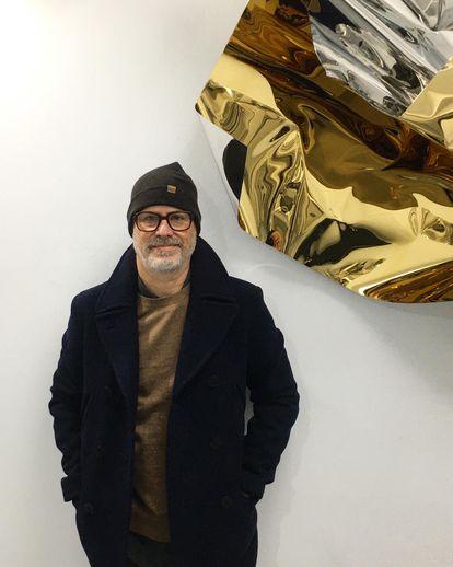El artista Aldo Chaparro junto a una escultura suya en la Galería Casado Santapau de Madrid