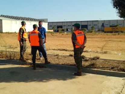 Miembros del Ejército visitan una parcela en Lepe (Huelva).