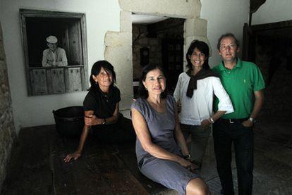 Elisa, Ángeles, Camino y Adolfo, cuatro de los hijos de Delibes, en su primer año en Sedano sin el gran escritor.