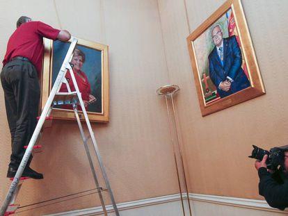 El cuadro de la expresidenta de las Cortes momentos antes de ser descolgado.