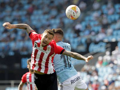 Aspas e Iñigo Martínez pugnan por un balón aéreo.