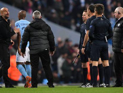Guardiola se dirige a Lahoz en Manchester, durante el partido. En vídeo, declaraciones de Guardiola, entrenador del Manchester City.