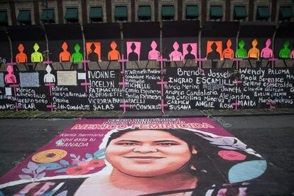 Nombres de mujeres asesinadas en México en el muro que protegía el Palacio Nacional de las manifestación del 8-M de 2021.