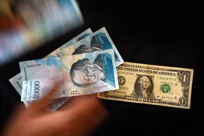 Un bolívar venezolano y un dólar.
