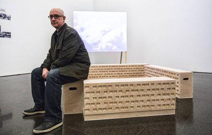 Domènec sentado en una de sus obras en el Macba.