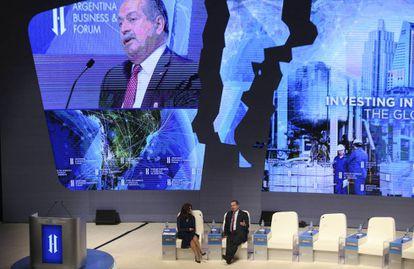 El presidente de Dow Chemical, Andrew N. Liveris (d), en el Foro de Inversión y Negocios de Argentina.