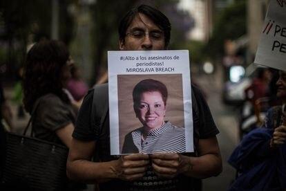 Un hombre, en una marcha en repudio del asesinato de Miroslava Breach en 2017