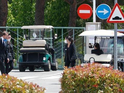 Ana Obregon, Alessandro Lecquio y Carolina Monje durante el entierro de Alex Lequio en Madrid.