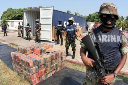 Miembros de la Marina tras un decomiso de cocaína en el puerto de Manzanillo en 2007.