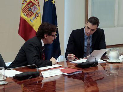 El presidente del Gobierno, Pedro Sánchez, conversa con el ministro de Sanidad, Salvador Illa, durante la videoconferencia de presidentes autonómicos tras haber anunciado una nueva prórroga del estado de alarma.