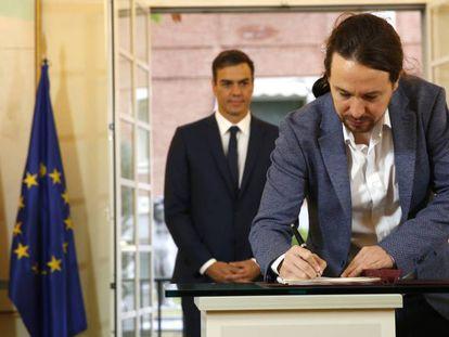 Pedro Sánchez y Pablo Iglesias firman, este jueves, el acuerdo sobre el proyecto de ley de presupuestos para 2019 en La Moncloa.