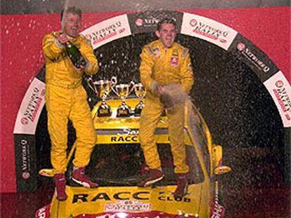 Dani Solà, junto a su copiloto Alex Romaní, celebran el título Mundial.