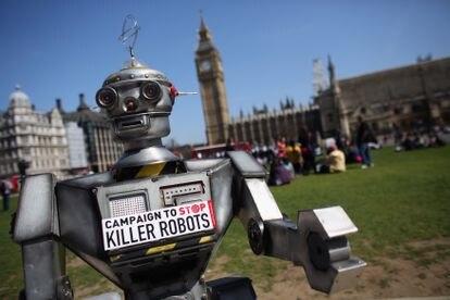 Un robot distribuye información durante una manifestación en Londres en 2013.