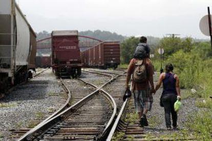 Una pareja de salvadoreños planea abordar 'La Bestia' junto a su hijo de tres años.