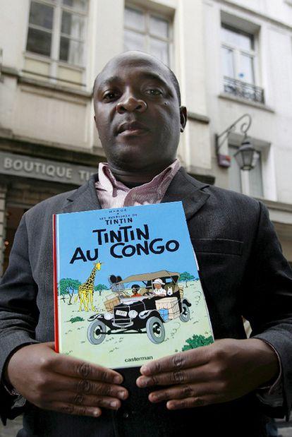 El congoleño Bienvenu Mbutu Mondondo, con un ejemplar de <i>Tintín en el Congo</i><b>, que según él alberga contenidos racistas.
