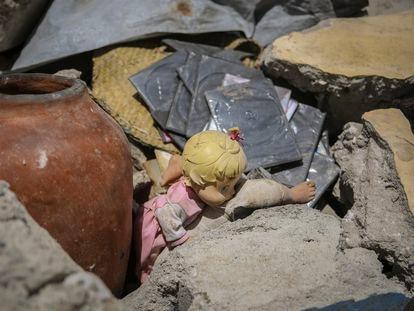 Una muñeca yace entre los escombros de una casa destruida por el terremoto en Los Cayos, Haití, el pasado domingo 15 de agosto de 2021.