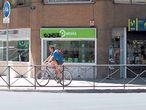 Tiendas de las tres marcas de telefonía móvil que operan en España, en la calle de O'Donnell de Madrid.