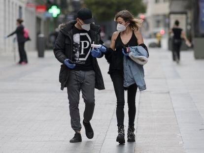 Una pareja, en una calle de Madrid el martes.