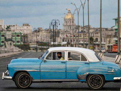 Un viejo automóvil en La Habana, en la mañana del lunes, al día siguiente a las protestas contra el régimen.