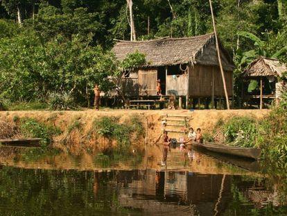 Fotografía tomada en la región de Médio Juruá, en el estado brasileño de Amazonas que muestra las viviendas de personas que están residiendo cerca de bosques, en reservas sostenibles.