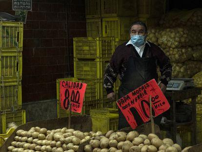 Un hombre vende patatas en noviembre en la Central de Abastos de Ciudad de México.
