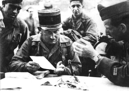 El soldado español Martín Bernal, el capitán Raymond Dronne, Amado Granell y (al fondo) el soldado Pirlian planifican el asalto a la central telefónica de la rue des Archives de París, el 25 de agosto de 1944.