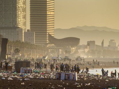 Aspecto de la playa de Barcelona tras la verbena de Sant Joan de 2019.