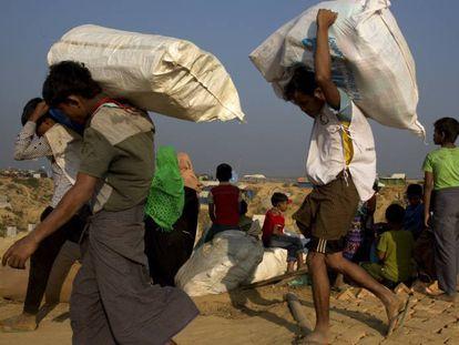 Refugiados rohingya llegan al campo de Balukhali, en Bangladés.