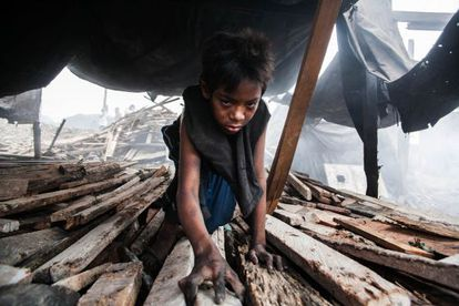 Rendel, de 13 años, vive de su trabajo en la cadena de producción de carbón.
