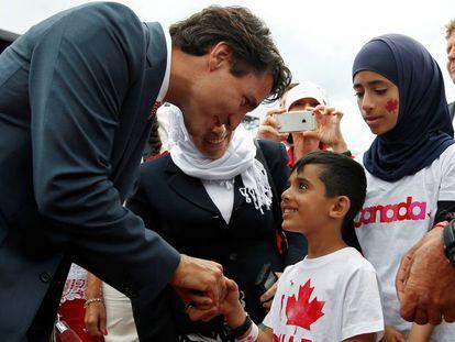 El primer ministro de Canadá, Justin Trudeau, con un niño refugiado sirio en 2016.