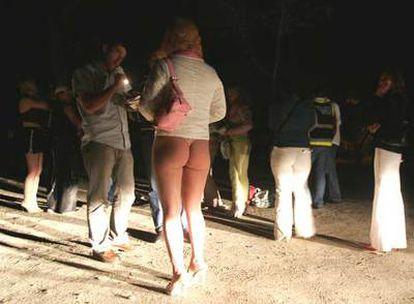Un policía de paisano estudia la documentación de una prostituta en la Casa de Campo.