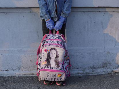 Una niña en el patio de su colegio.