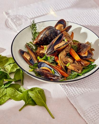 Reportaje sobre cenas de primavera. Braseado de alcachofas y espinacas con mejillones, vino blanco y zanahoria