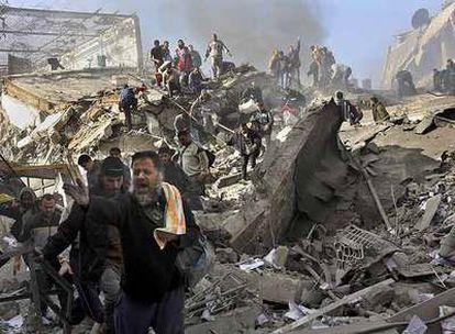 Prisioneros palestinos escapan entre los escombros del centro de detención de Saraya, en Gaza.