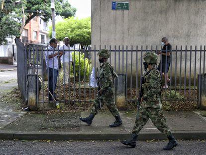 Soldados patrullan en las calles de Cali, la tercera ciudad de Colombia, el sábado 29 de mayo.