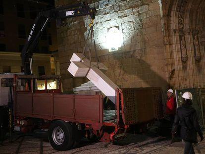 Operarios retiran la cruz a los caídos de Callosa.