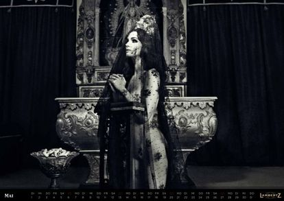 Paz Vega, en la ermita de Gerena (Sevilla), imagen del calendario Lambertz.