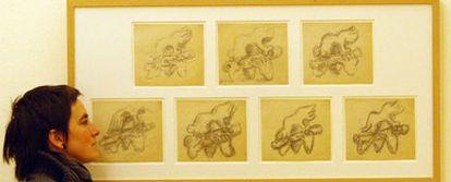 Una mujer mira, ayer, los dibujos <i>Estudio para Pastorale o Head and Hands </i>(1942), de Lipchitz.