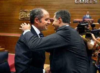Ricardo Costa baja al escaño de Camps para saludarlo.