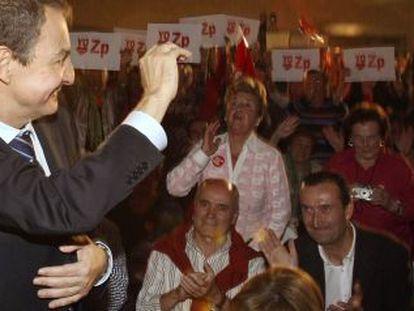 Zapatero saluda a los simpatizantes asistentes al mitin celebrado en Elche.