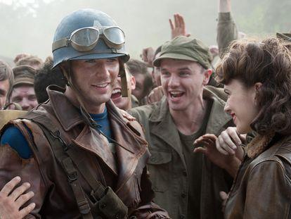 Chris Evans (a la izquierda) y la actriz Hayley Atwell en una imagen de  <i>Capitán América. </i>