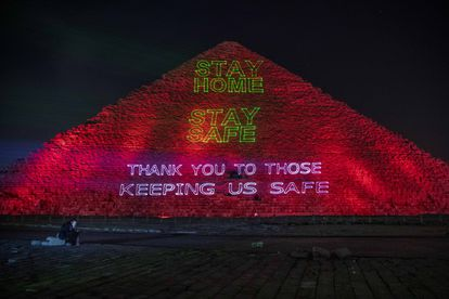 """Campaña """"Quédate en casa"""" proyectada el lunes por las autoridades egipcias sobre la pirámide de Keops."""