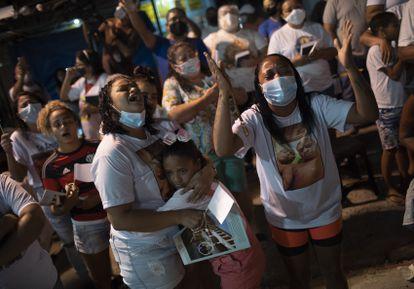 Habitantes de la favela de Jacarezinho celebran una misa en homenaje a las víctimas de la operación policial, el pasado 12 de mayo en Rio de Janeiro (Brasil).